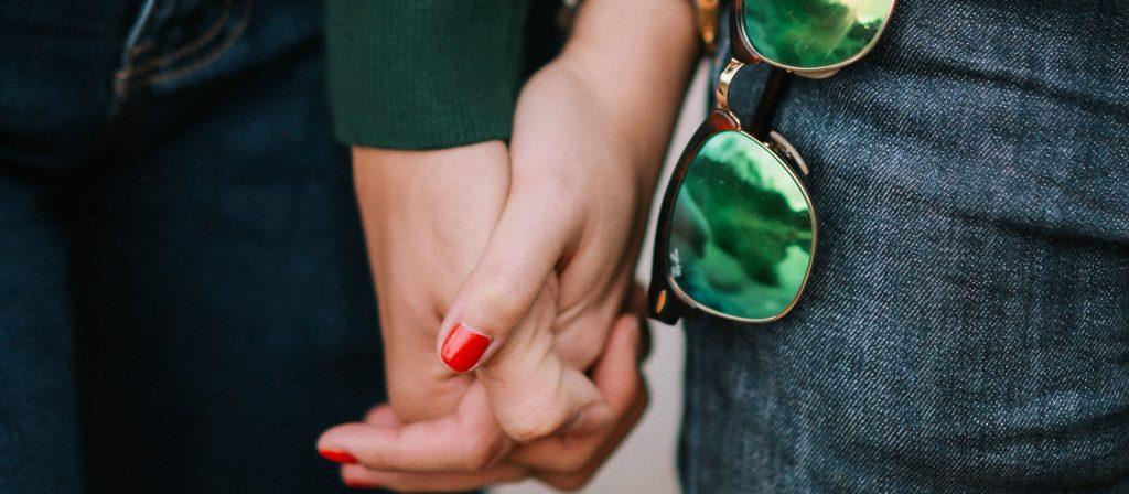 Couple se tenant la main.