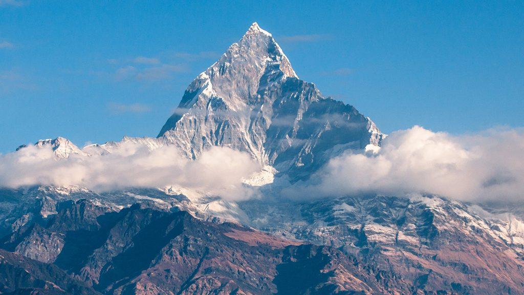 Montagnes sous le ciel bleu