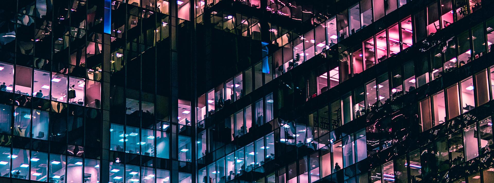 Vue extérieure d'un immeuble des bureaux la nuit